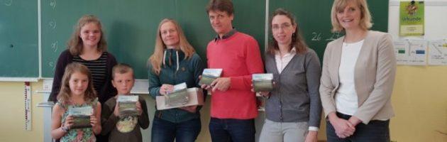 """""""Unsere Stadt am Deister"""" – Grundschule Eldagsen erhält CDs mit Springe Lied"""